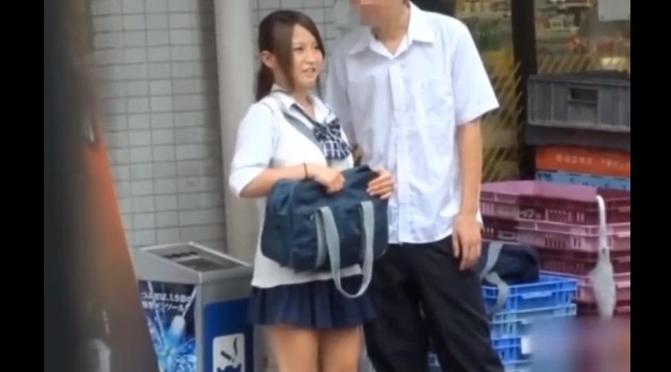 超おすすめ!!!《SSS級女子校生美少女パンチラ盗撮》彼氏にスカートをめくられてパンチラされる