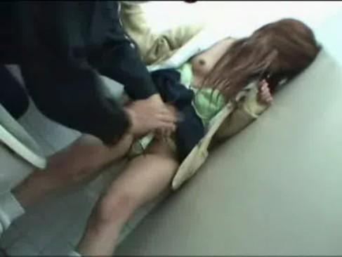 トイレに連れ込まれたギャル系女子校生がレイプさせられてる姿にフルボッキ