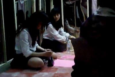 リアル女子校生見学を腕時計型カメラで盗撮wwマジックミラー越しに親父に見られながら生活する女子校生達
