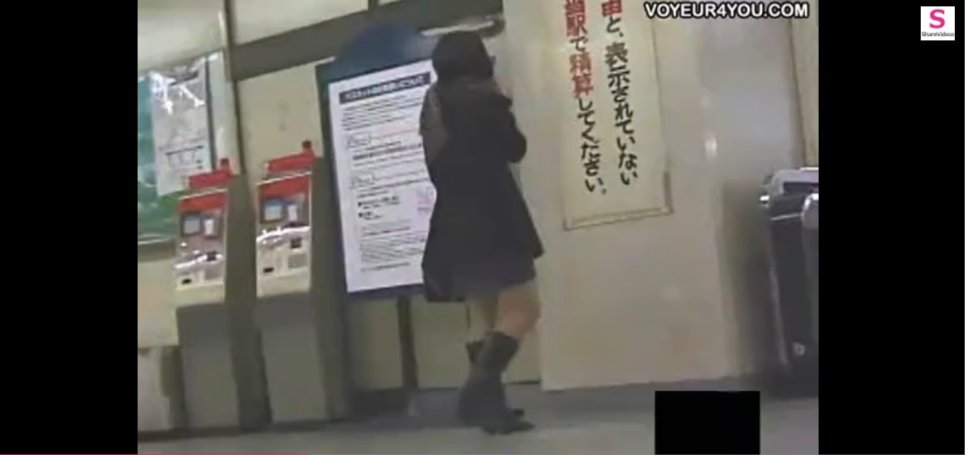 【女子高生 盗撮】座り込んでいる女子高生を遠くから盗撮。マン筋がきれいすぎる。