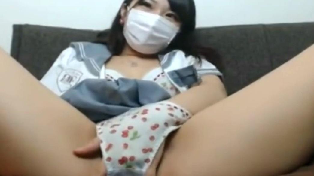 いちごパンツの女子高生がライブチャットでオナる動画。マスク越しでもわかる可愛すぎるJKが喘ぐ