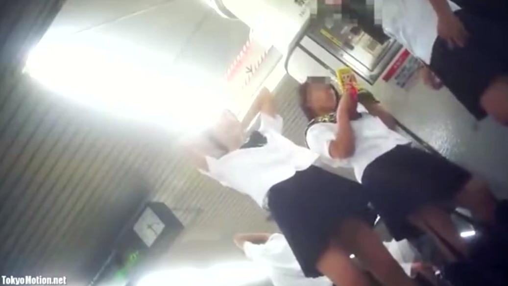 素人JK3人を隠し撮り。駅のホームで女子高生のパンツを下から撮影!若い女の子の生足は最高です